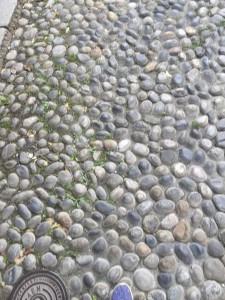 市街地にはさまざまな石畳があります。