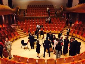 コンサート後。ステージが低く、すり鉢状になっていることがわかります。とても素敵な音のホールです。