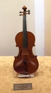 目に止まった楽器はなんと私が使っているヴィオラの製作者のヴァイオリンです