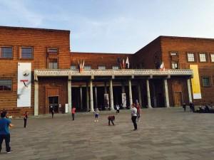 楽器博物館正面。中は近代的で、とてもきれいです。