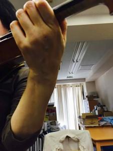 このように手首を小指側に曲げて弾いている人が多い