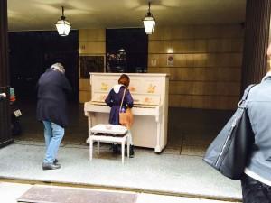 市内のあちこちにピアノが。子どもからプロ級まで自由に弾いています
