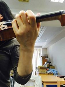 弾いているときはこのように手首がまっすぐであることが望ましい