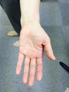 腕と手のひらの関係は、自然な状態だとこのようにまっすぐです