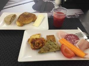 ホテルの朝食1回り目。この日はパンと料理でふた回り。いかん、太る・・・