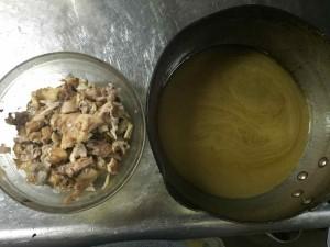 左はほぐした身。右はアラを越したスープです。ここまでくればあとは簡単