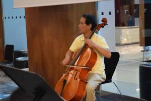 熱っぽく語りながら演奏する津留崎さん。楽器に対する指摘もさすがに精密です