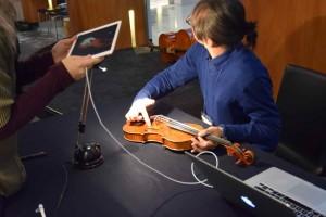 iPadを使った投影を確認する茂木さん
