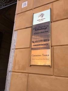 Cremona Toolsの看板。この建物の中には、Ciaccioさんの工房以外にも弓の工房などもあって、ずっと音が聞こえていました