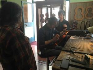 コンサートのギリギリまで楽器の調整を続ける茂木さん