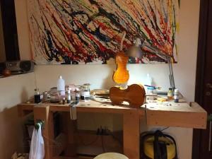 工房の壁にはモダンな絵画。製作者は芸術家でもあります