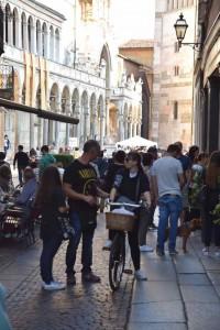 練習会場の外は、Duomoに通じる繁華街で賑わっています