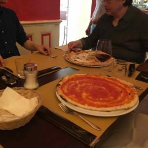 ご覧のようにピザはでかい。手前はシンプルなトマトソースのもの。奥はクアトロ・フォルマッジョ