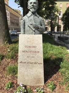 クレモナ生まれ450歳のお方。市の中心部にある「ローマ広場」の中にあります