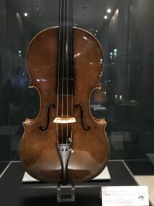 1615年、アマティのヴィオラ。別記事のコンサートで使われた楽器だと思います。アジャスターが付いてる(笑)
