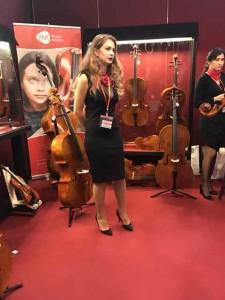 ピッコロヴァイオリンというブース。小さい楽器もありました。お姉さまがたくさん
